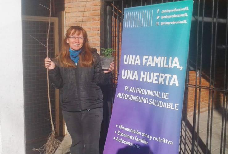 Más familias de San Luis capital recibirán su planta aromática y árbol frutal