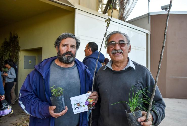 Nuevas familias reciben la primera parte del kit frutihortícola