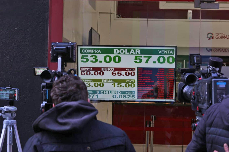El dólar operó estable y las acciones en Nueva York se recuperan en el debut de Lacunza