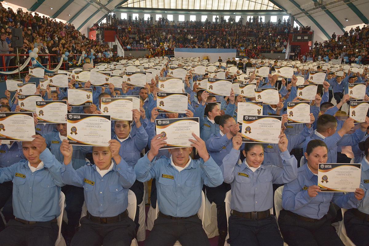 Son casi 700: egresó la primera promoción de agentes de policía con título de validez nacional