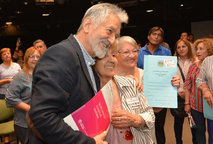 Una tarde de emociones: cien familias recibieron sus escrituras