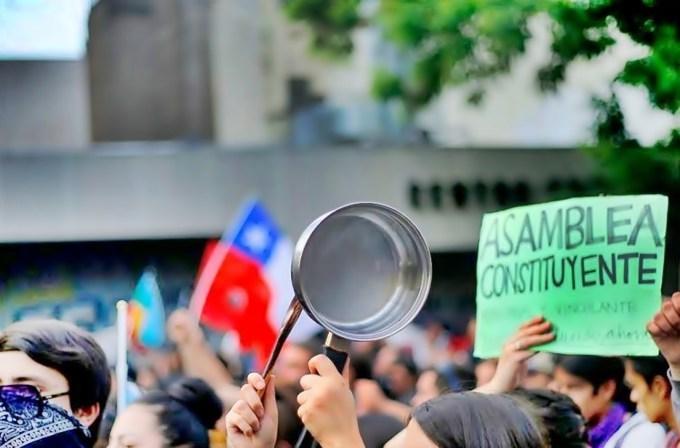 Tras nuevas protestas en Chile, Piñera llama a plebiscito para una nueva Constitución