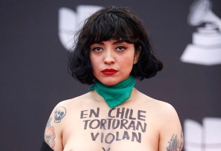 Mon Laferte protestó en topless en la alfombra roja de los Latin Grammy