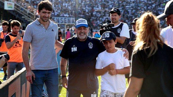 """Diego Maradona entró al Bosque con  su nieto Benjamín y con una promesa: """"Hay Diego para 2020"""""""