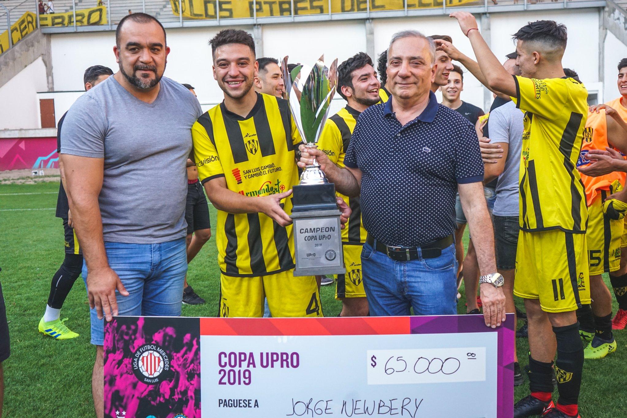 """""""La Pedrera"""" juntó dos pasiones: el fútbol, con la final de la """"Copa UPrO"""" y el automovilismo, con las picadas"""
