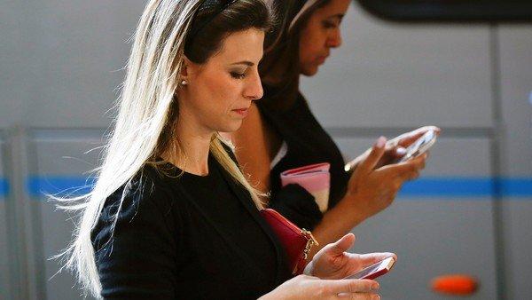 """Los que te miran el teléfono pueden robarte información valiosa: qué es el """"shoulder surfing"""""""