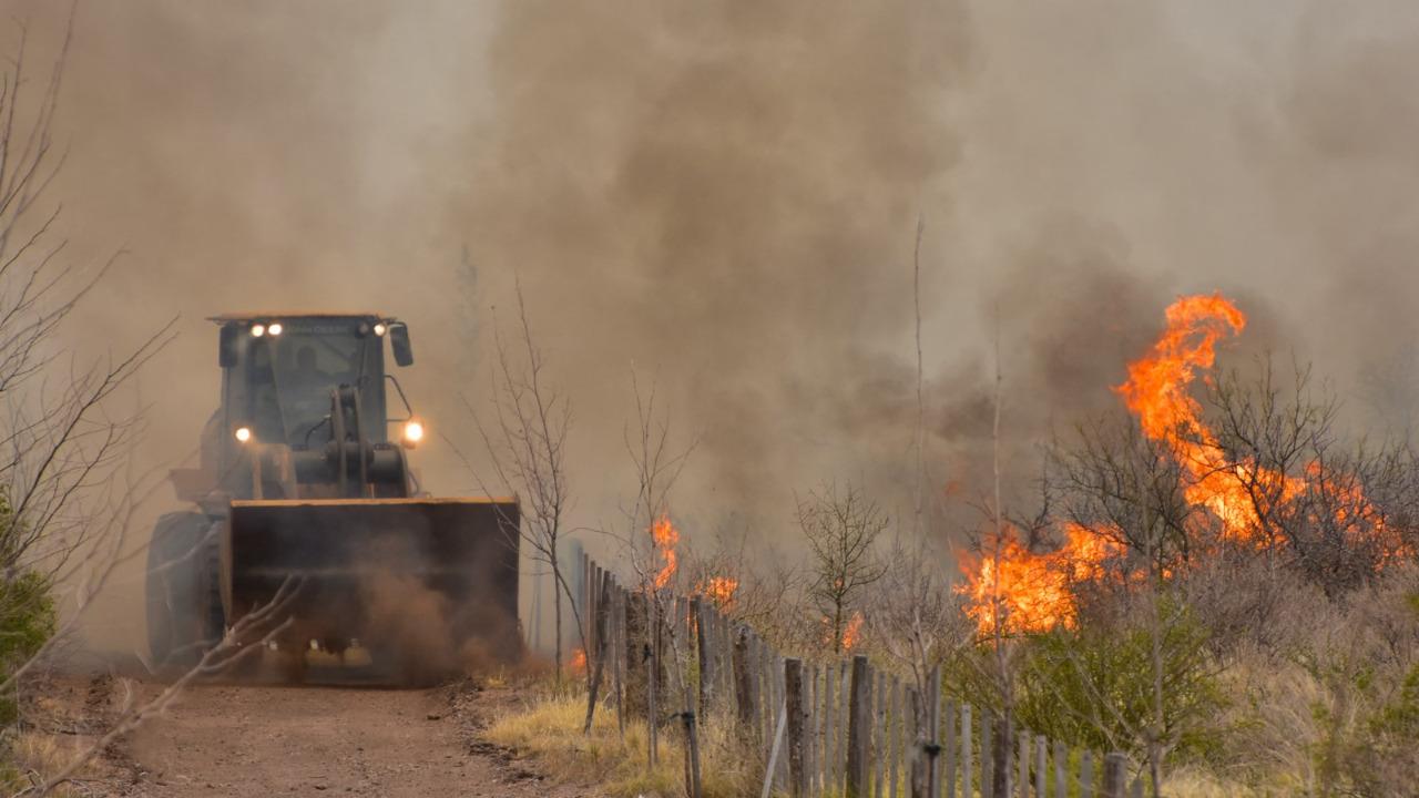 Los equipos de Vialidad Provincial están abocados al control de los incendios forestales