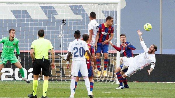 La polémica del VAR en el segundo tiempo en Barcelona vs Real Madrid: el ingenuo penal de Lenglet a Sergio Ramos