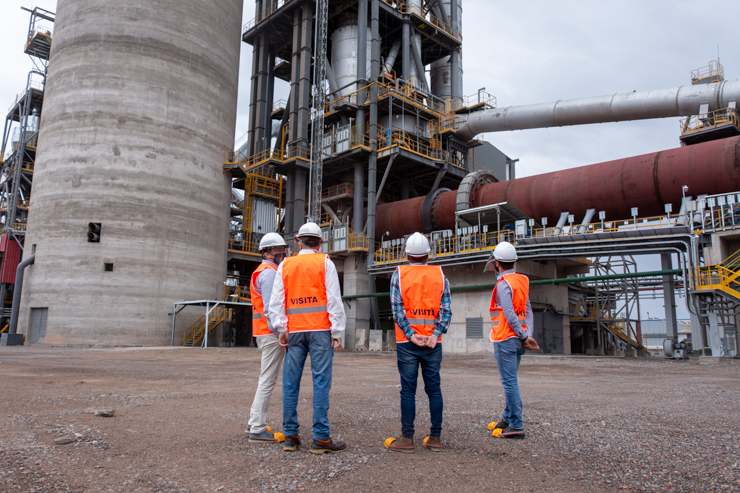 Lavandeira recorrió la nueva línea de producción de Cementos Avellaneda en La Calera