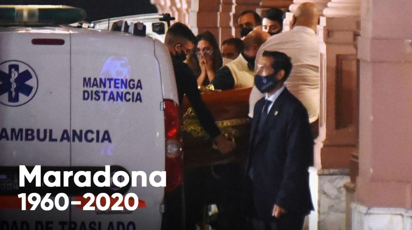 La muerte de Diego Maradona | Indignante: filtraron una nueva foto de un empleado de la funeraria junto al cuerpo