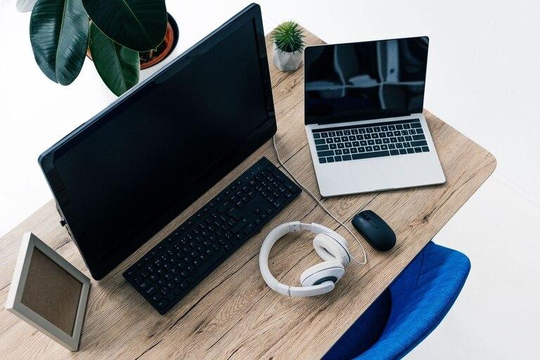 desde-auriculares-hasta-la-silla:-el-kit-basico-para-trabajar-desde-casa