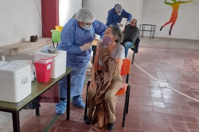 este-viernes-se-vacunaron-473-personas-en-el-interior-provincial