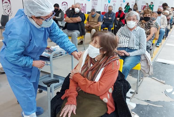 juana,-con-sus-104-anos,-no-falto-a-la-cita-para-vacunarse-en-villa-mercedes