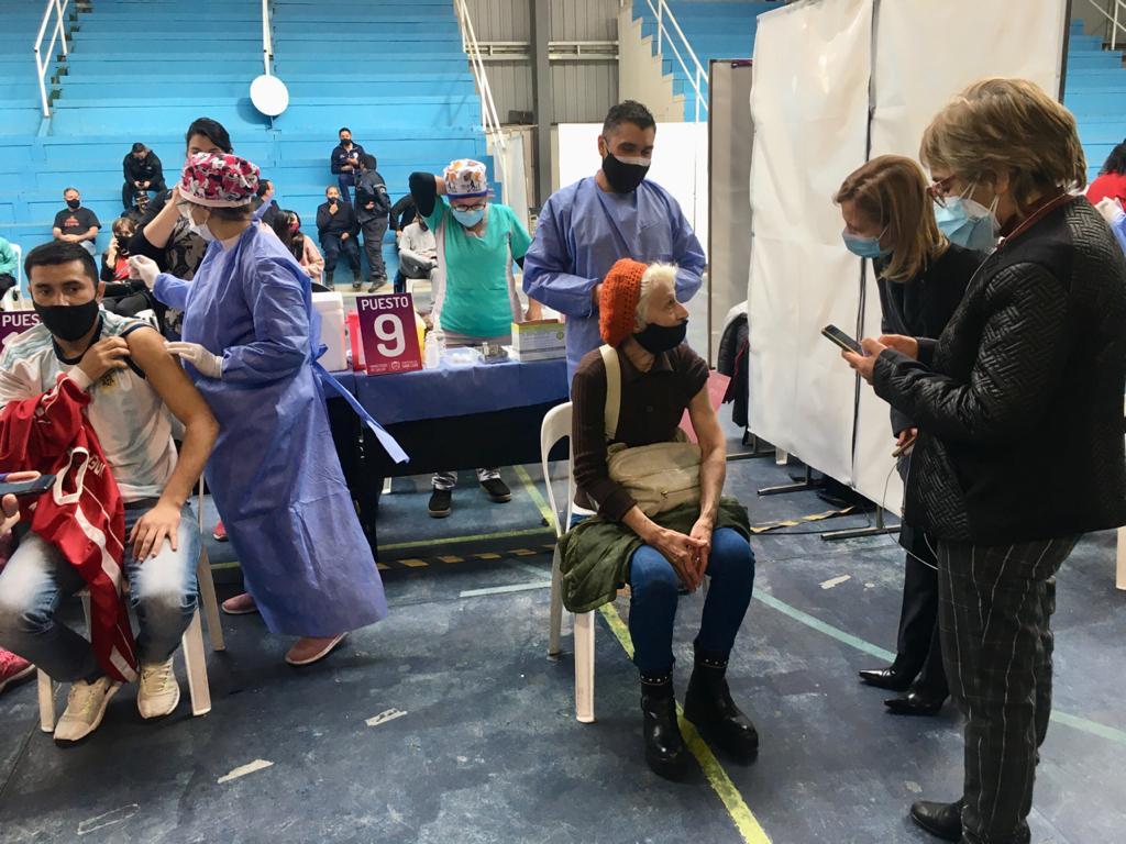 la-ministra-de-salud-acompano-la-vacunacion-en-el-polideportivo-del-puente-blanco