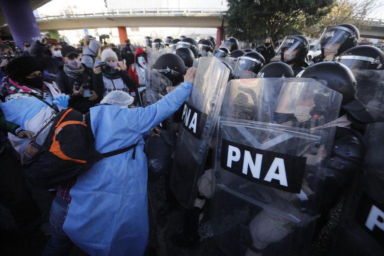 forcejeos-y-tension-con-la-policia-en-el-inicio-de-una-jornada-de-protestas