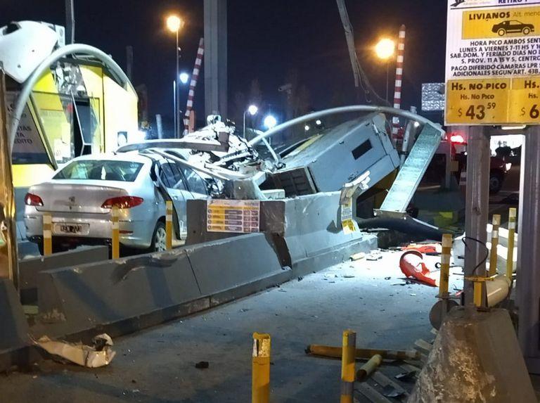 un-auto-venia-a-gran-velocidad-por-la-autopista-illia-e-impacto-sobre-otro-en-la-cabina-de-peajes:-el-conductor-murio-en-el-acto