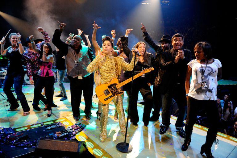 prince:-una-muestra-reune-300-pares-de-zapatos-que-uso-durante-su-carrera