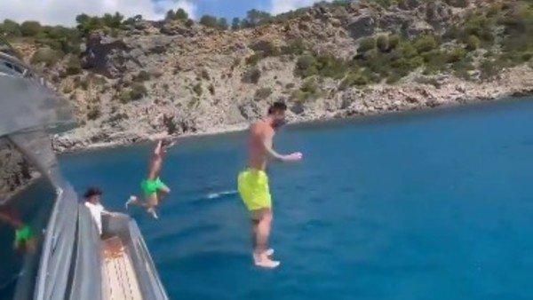 el-video-temerario-de-lionel-messi:-salto-junto-a-su-hijo-thiago-desde-el-techo-de-un-yate-hacia-el-mar